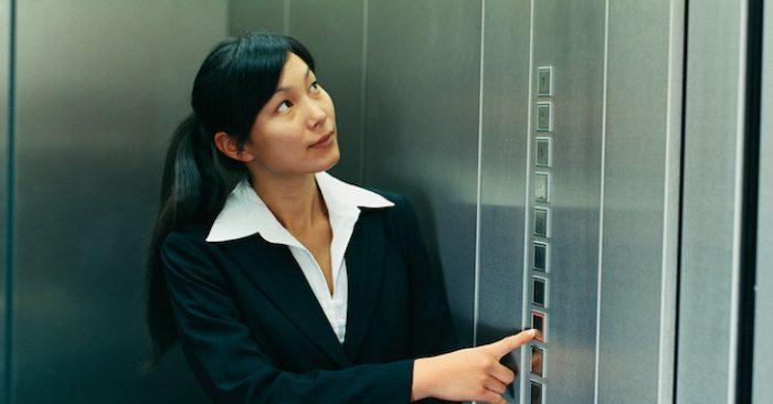 Ý nghĩa sâu xa của chiếc gương trong thang máy là gì?